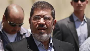 بالصورة: مواطنون يؤدون صلاة الغائب على روح الرئيس المصري السابق محمد مرسي
