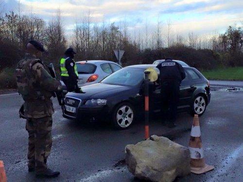 بالصور.. نصب سيطرات امنية ونقاط تفتيش في باريس