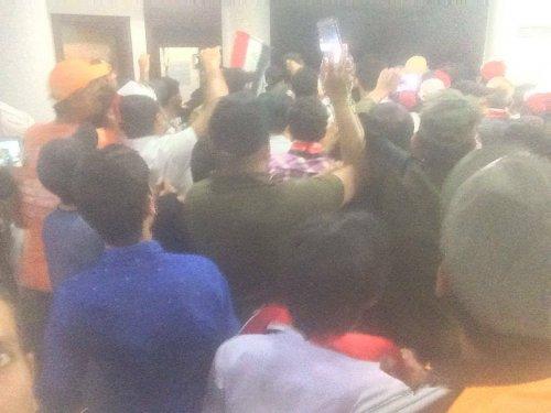 بالصور ..المتظاهرون الغاضبون داخل قاعات البرلمان