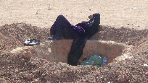 بالصور.. ناحوا الموصل يحفرون قبورهم بأيديهم تحسبا لأي موت قادم