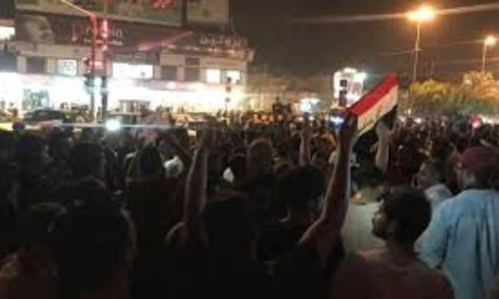نتيجة بحث الصور عن مئات المتظاهرين يزحفون إلى مبنى المحافظة في البصرة
